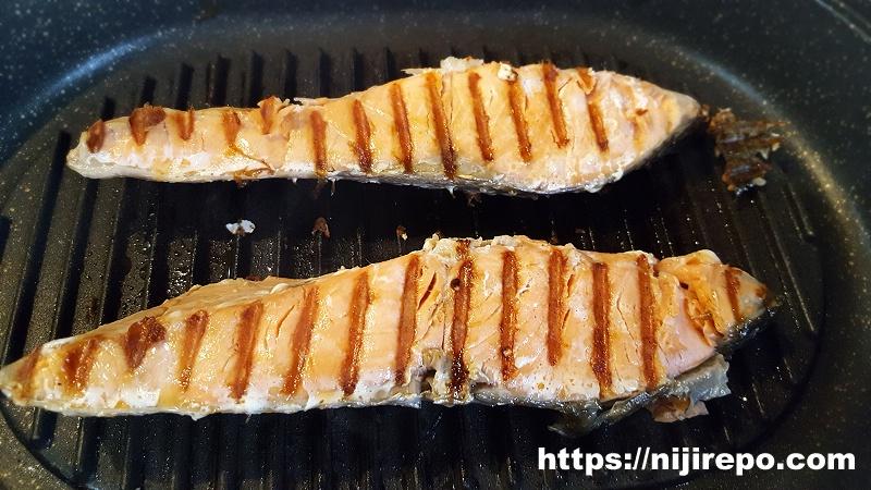 ニトリ 蒸し焼きグリルパン 鮭(ときしらず)を焼く