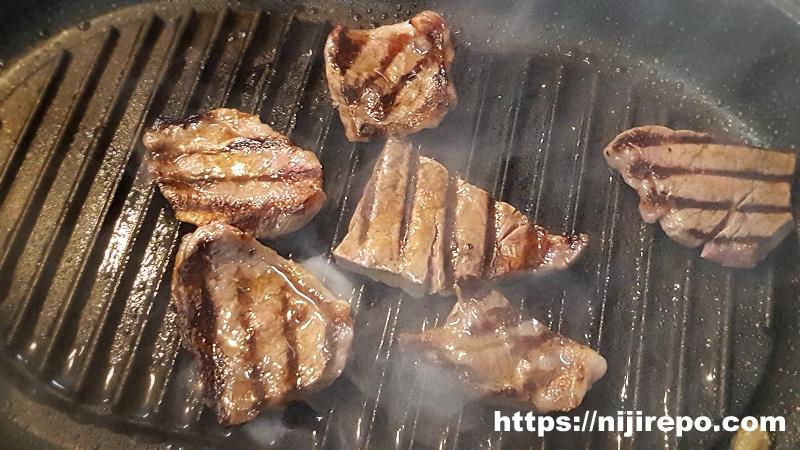 ニトリ 蒸し焼きグリルパン イチボを焼く2