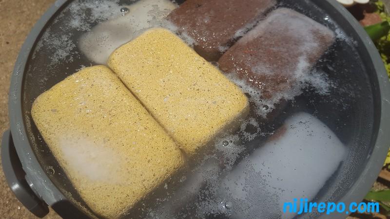 コンクリートレンガのアク抜きのためにミョウバンを溶かした水に浸けたが時間経過で白い沈殿物が発生
